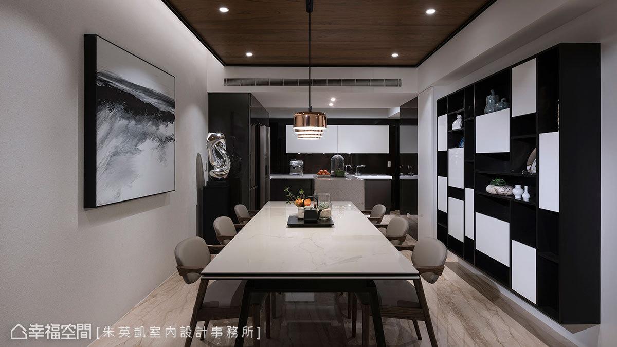 黑白造型餐邊櫃形成錯落景致,不僅消弭大柱子產生的突兀感,也與牆面的抽象藝術作品相呼應。
