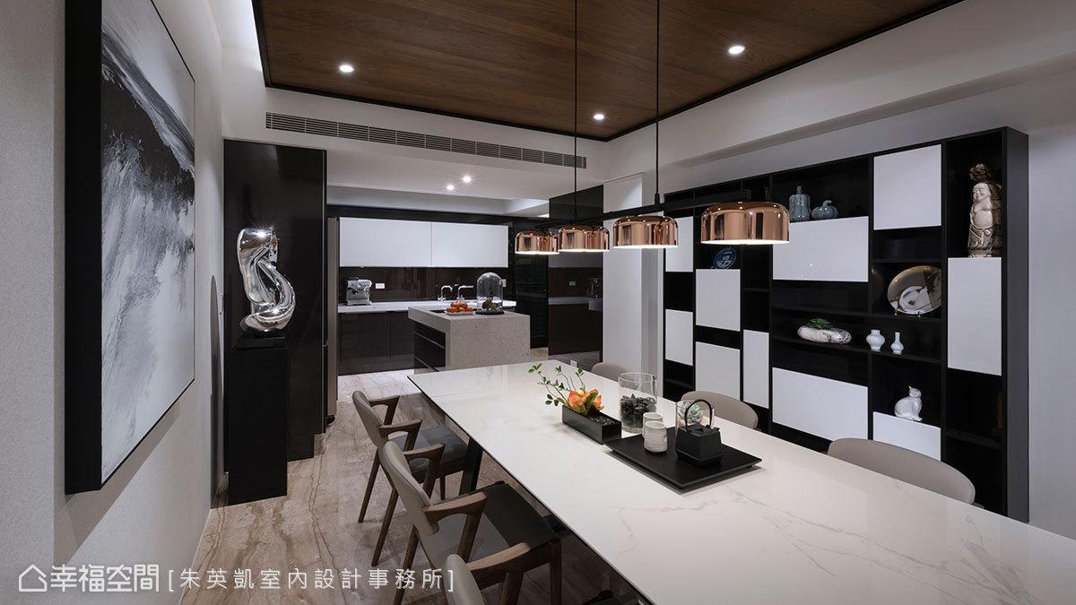 沿著牆面規劃廚具和電器櫃,形成L型的廚房動線,由於廚房沒有自然採光,餐廳選用造型燈具搭配嵌燈增加亮度。
