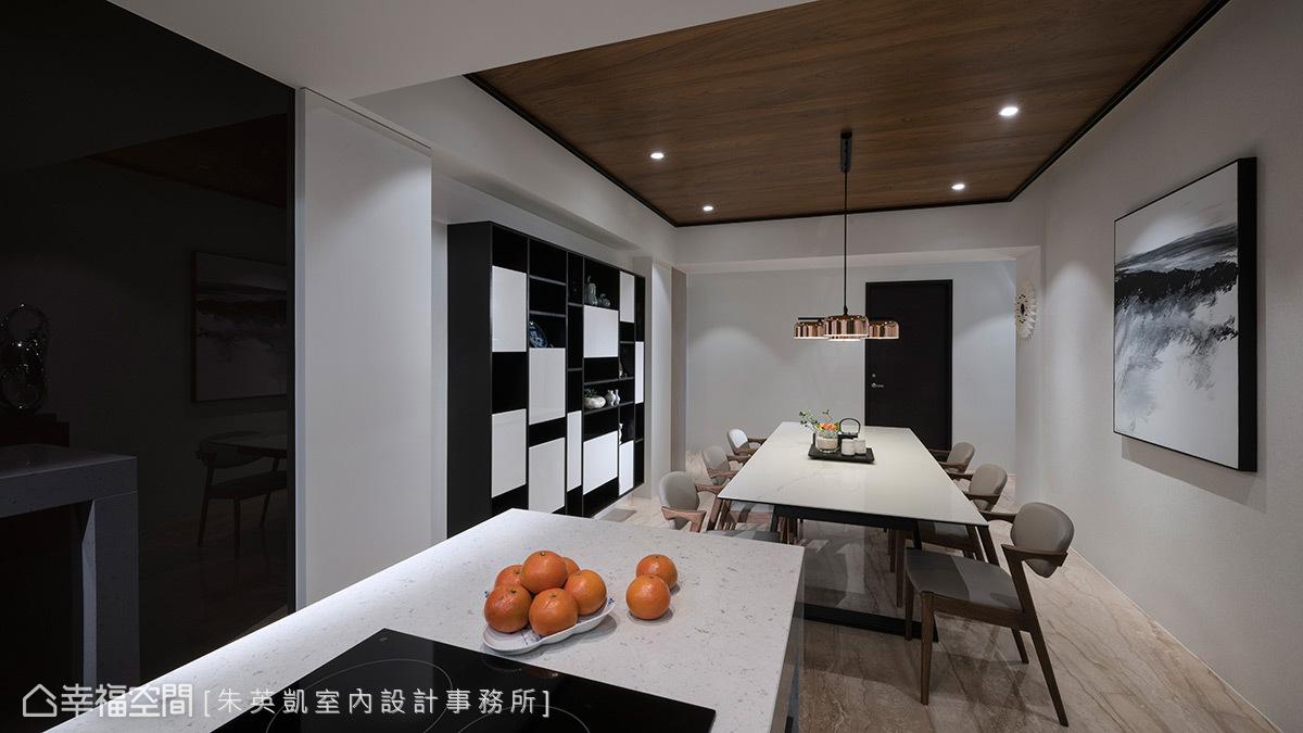 餐廳和廚房之間新增一座中島,檯面上添加電陶爐,不僅做為多功能早餐台和輕食區,也增加廚房工作備餐台。