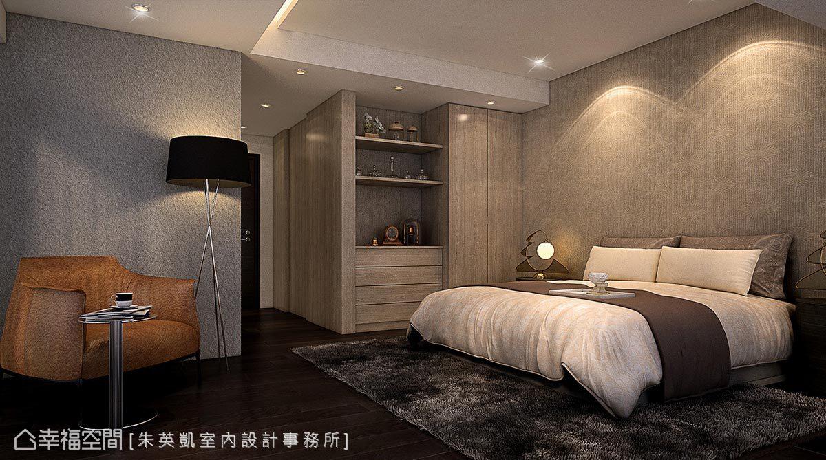 立面鋪貼壁紙增添視覺變化性,以不同造型界定各個機能區塊;入口運用木質紋理劃分出更衣室段落,讓五斗櫃和衣櫥造型相容合一。