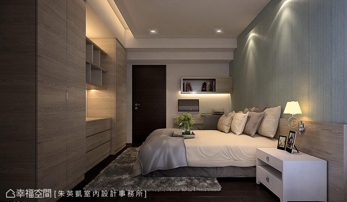 床頭鋪貼木皮呈現出自然紋理,在燈光投射下樸質感立刻浮現;床尾則以木作方式打造出多功能櫃體,帶來不同收納彈性。