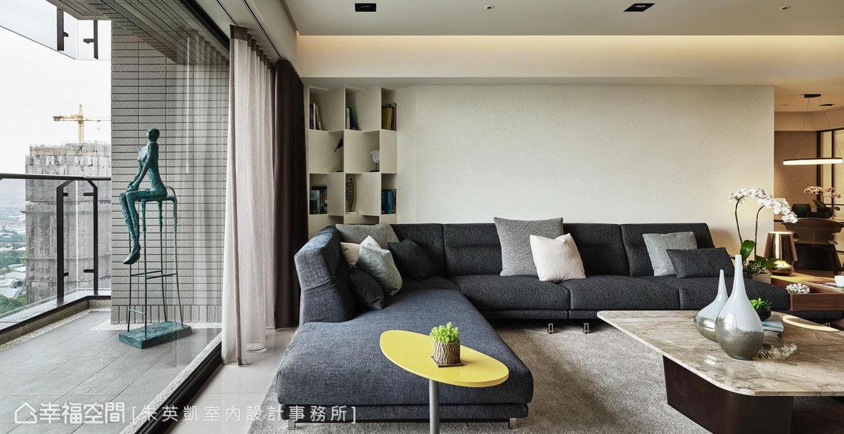 以摺紙作為設計靈感,讓沙發牆展示櫃擁有立體層次;窗外女性雕塑品優雅入定,讓人坐在沙發上也能靜思獨處。