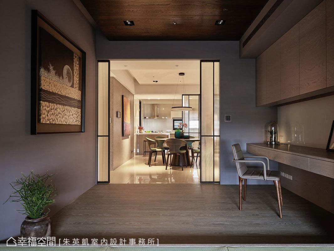 當玻璃門片完全敞開後,書房、餐廳、廚房三者串聯一氣,與公領域走道形成十字軸線。