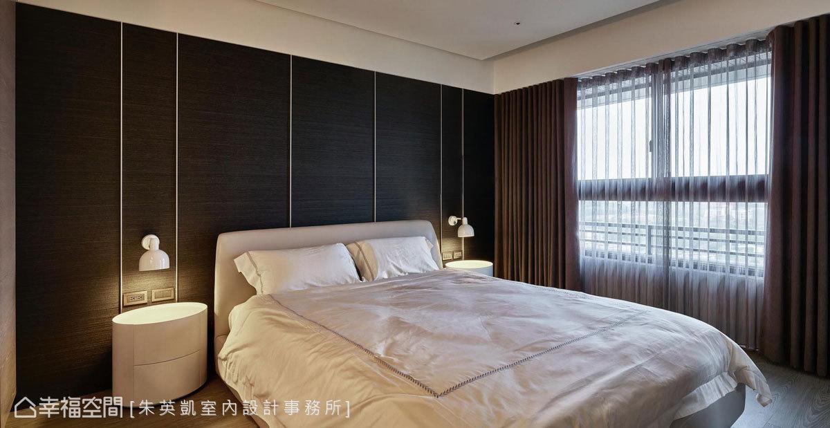 朱英凱室內設計使用深色壁布,營造出沉穩靜謐的氛圍,以鋁飾條拉出疏密有致線條,更添加現代感和精緻度。