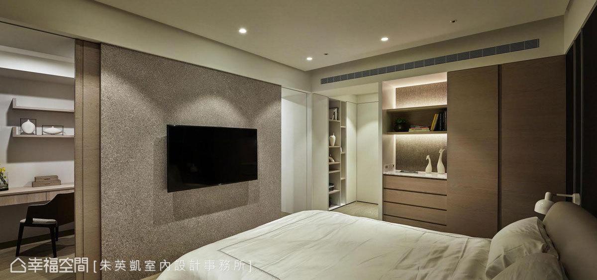 主臥入口設置櫃體作為隔間牆,除了收納服飾配件也可作為茶水吧區;置中電視牆兩側成為更衣室出入口,形成流暢的回字動線。