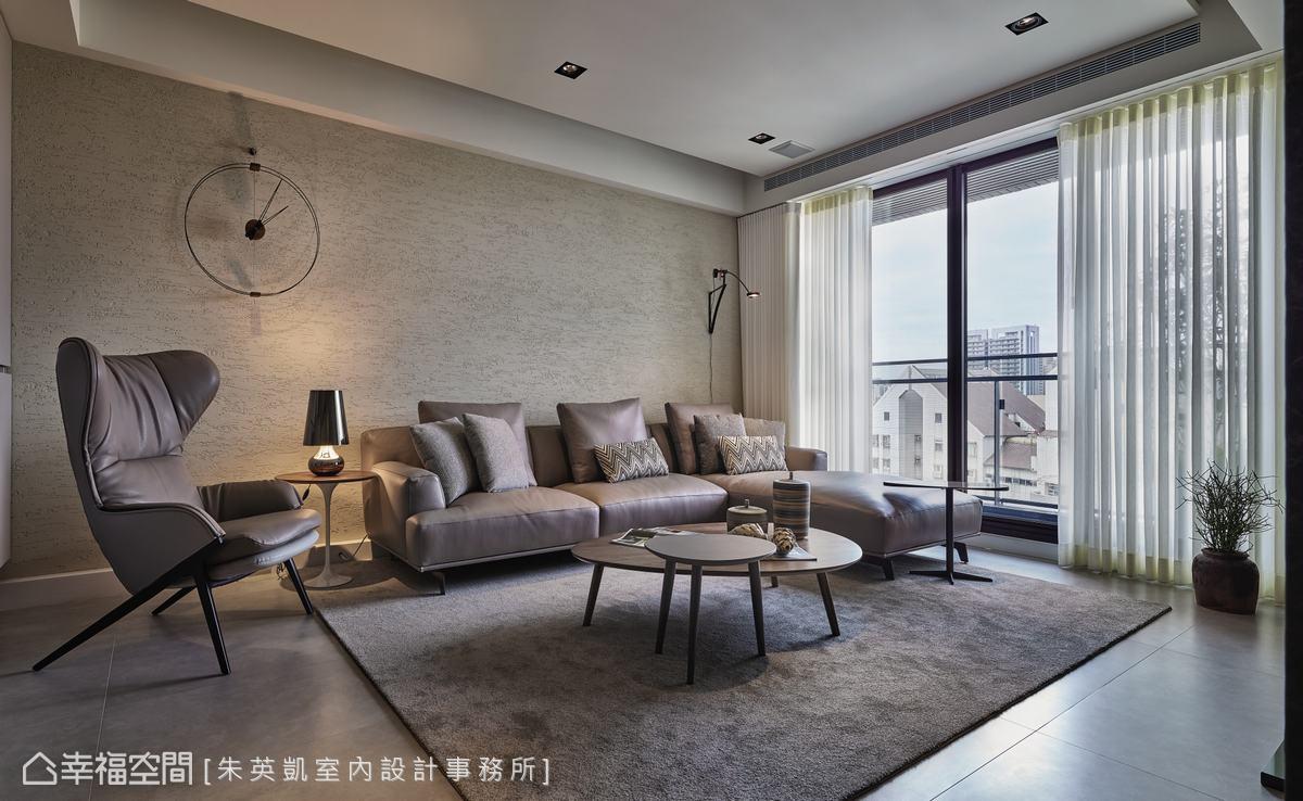 朱英凱室內設計事務所採用特殊漆打造沙發背牆,以手工方式完成的牆面,有種渾然天成的質樸感。