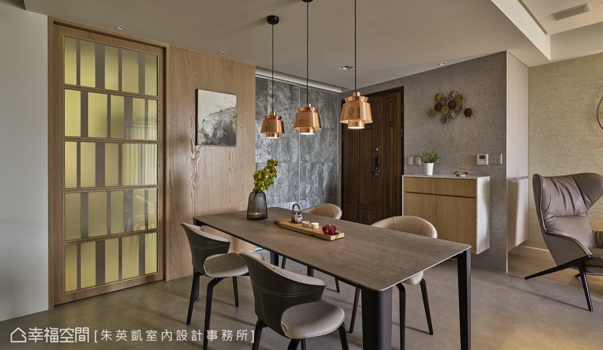 廚房空間不大,朱英凱設計師增加了小家電收納櫃,並以拉門設計隔開油煙,霧面玻璃材質有如屏風般修飾空間。