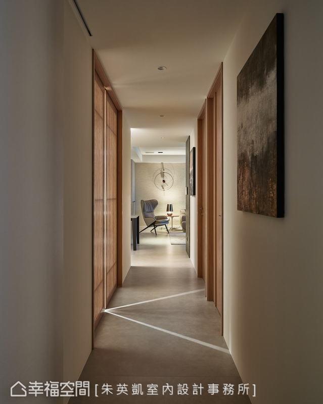 家中處處有景,透過設計師的巧思,在走廊兩端分別可以看見客廳單椅、牆上造型鐘,及主臥室梳妝檯。