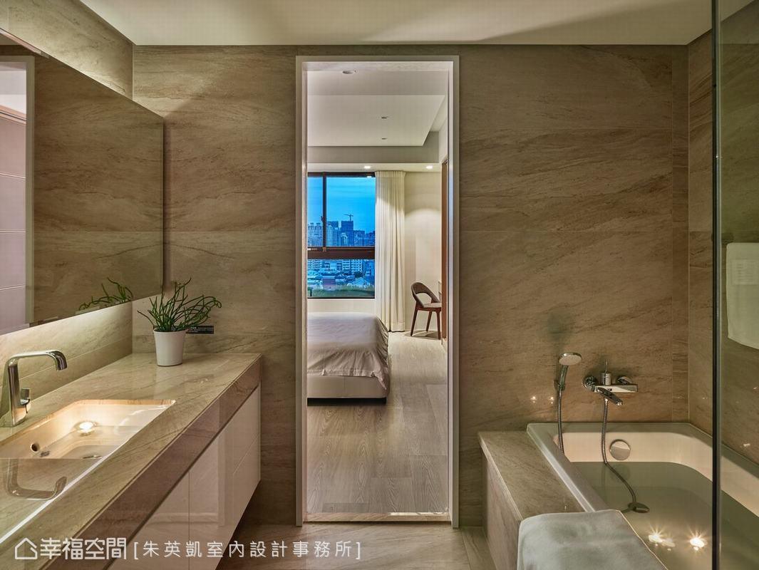 考量到衛浴空間有限,以拉門取代中軸門,使動線更順暢。而屋中所有門板也拉高至天花板處,讓空間不顯壓迫。