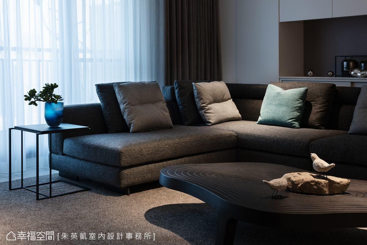 特別挑選的雲形桌,曲線紋路有如日本枯山水之境,搭配沙發背牆的藝術裝飾,為空間營造出獨有氛圍。