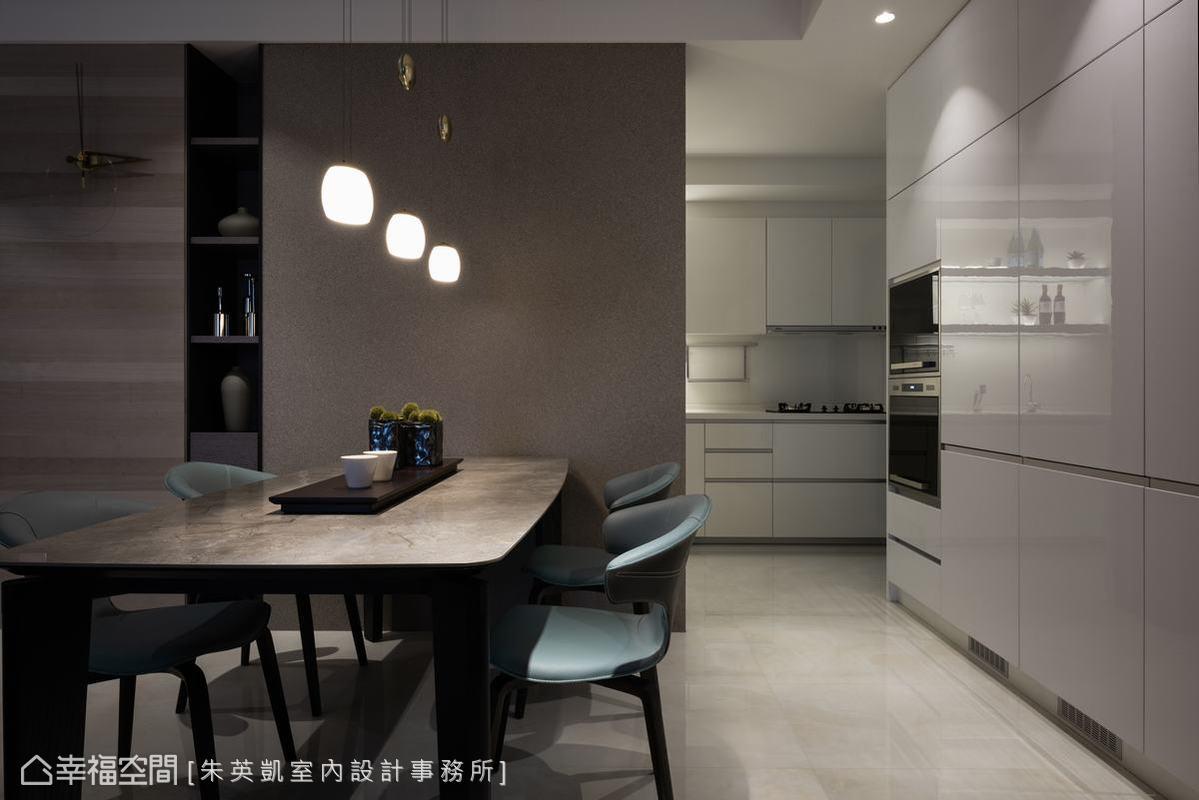 將廚房改為半封閉式後,不僅可以營造出空間界線,更增加廚房收納與功能,也讓餐桌有牆可靠,滿足屋主多元需求。