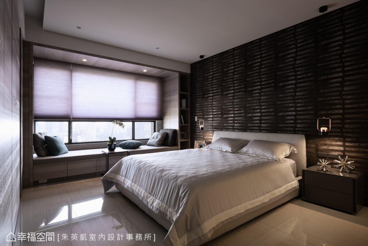 朱英凱設計師在空間寬敞舒適的主臥室中,以深色圖紋壁紙與床邊吊燈互相呼應,烘托出精品飯店質感。