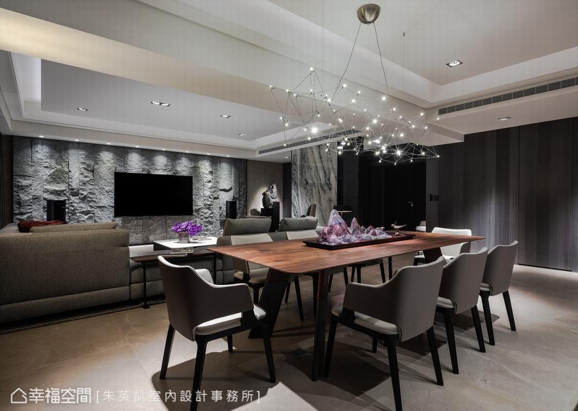 朱英凱設計師以自然入景作為設計主軸,在材質選擇上挑選多樣化的石材、木材,運用多層次紋理形塑豐富感受。