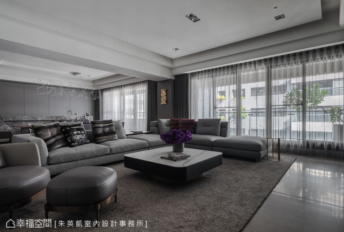 高樓層及大面窗使得室內採光極佳,朱英凱室內設計事務所設計雙層窗簾,滿足屋主保有隱私和遮光需求。
