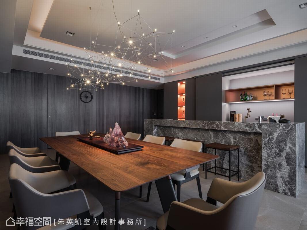宴客餐廳上方的設計燈具,量體雖大卻有種輕盈感,與餐桌的山型擺飾互相呼應,有如璀燦明亮的星辰。