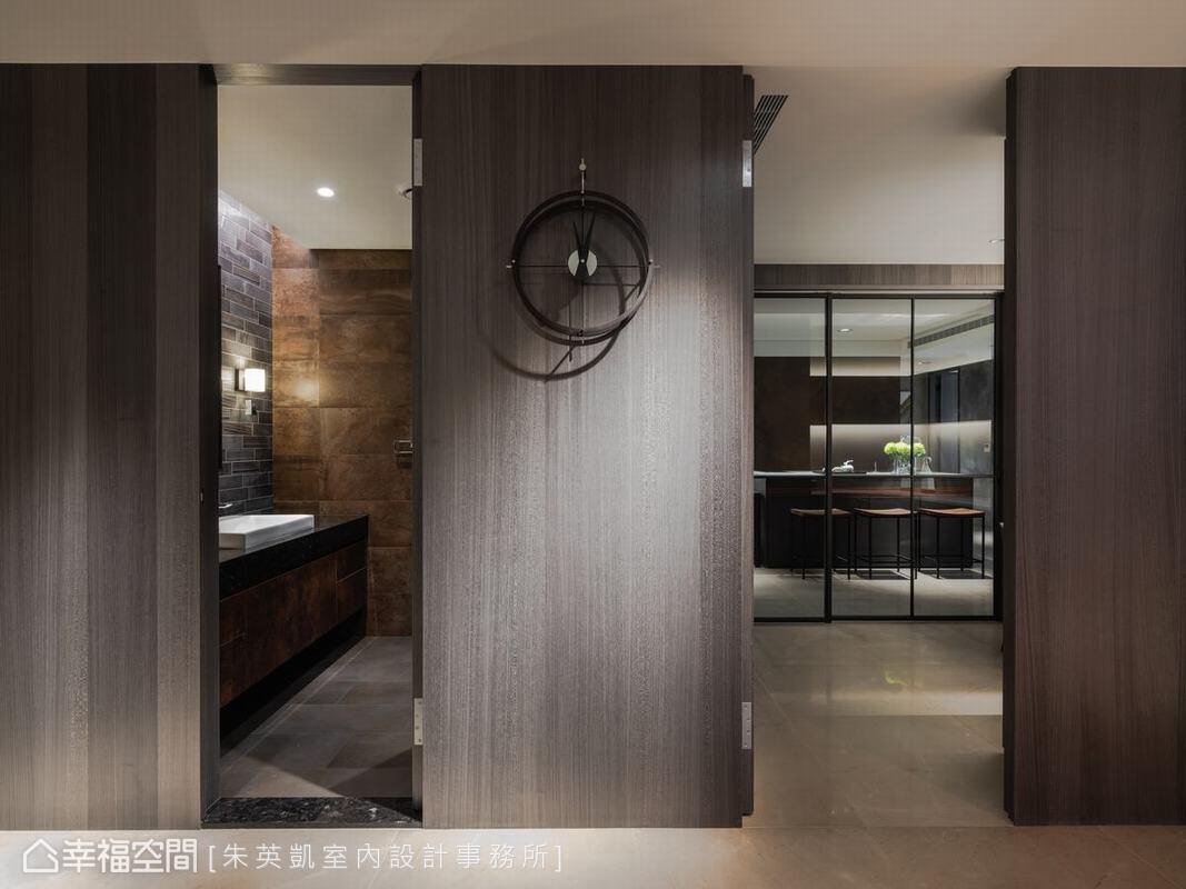 整體空間動線採用ㄇ字型設計,為了方便女主人穿梭於宴客廳與居家廚房,特別設計一個連貫通道,讓動線更方便。