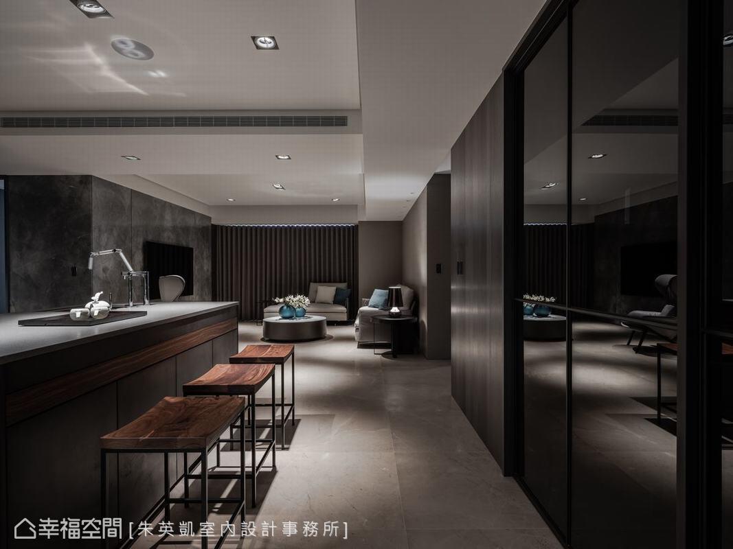 家人日常使用的居家客廳延續一貫現代風格設計,但尺度略小,家具及色彩方面也較為溫馨,營造出放鬆舒適感。
