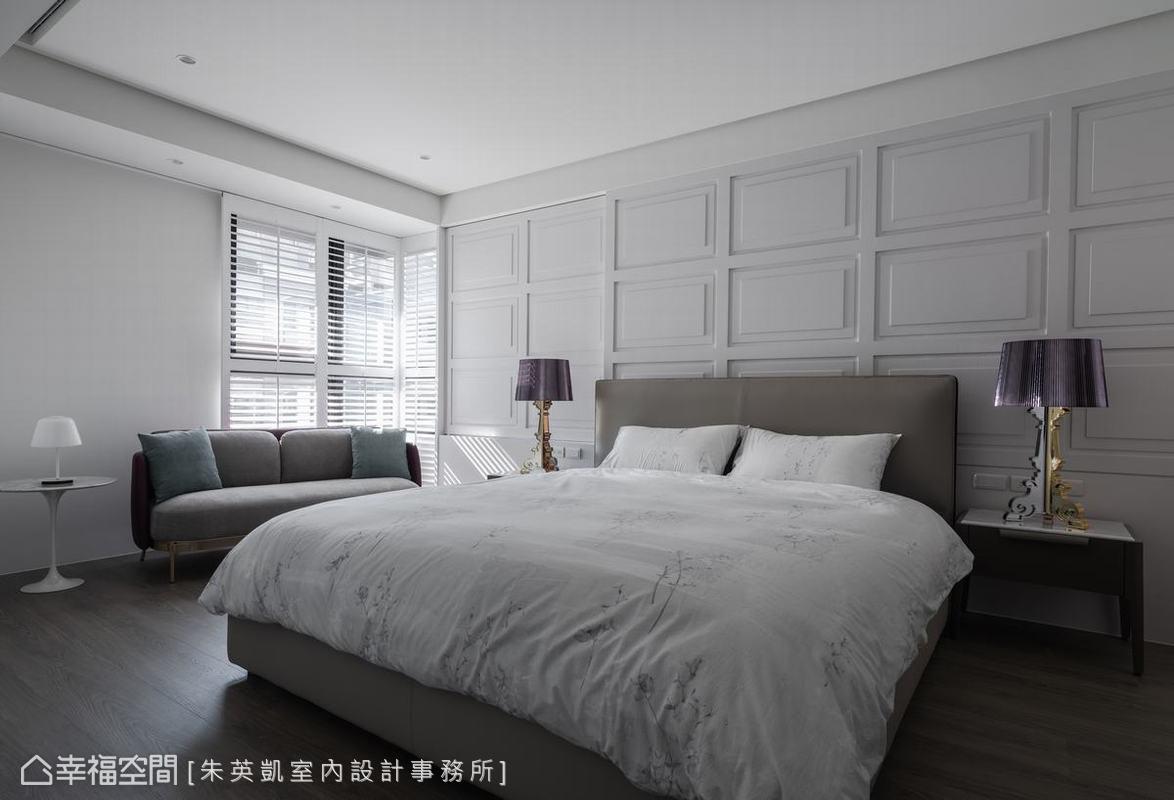 依照女主人喜好,臥室風格帶點法式浪漫感,床頭牆面左側窗板也以同樣法式線板呈現,維持一致視覺風格同時滿足機能。