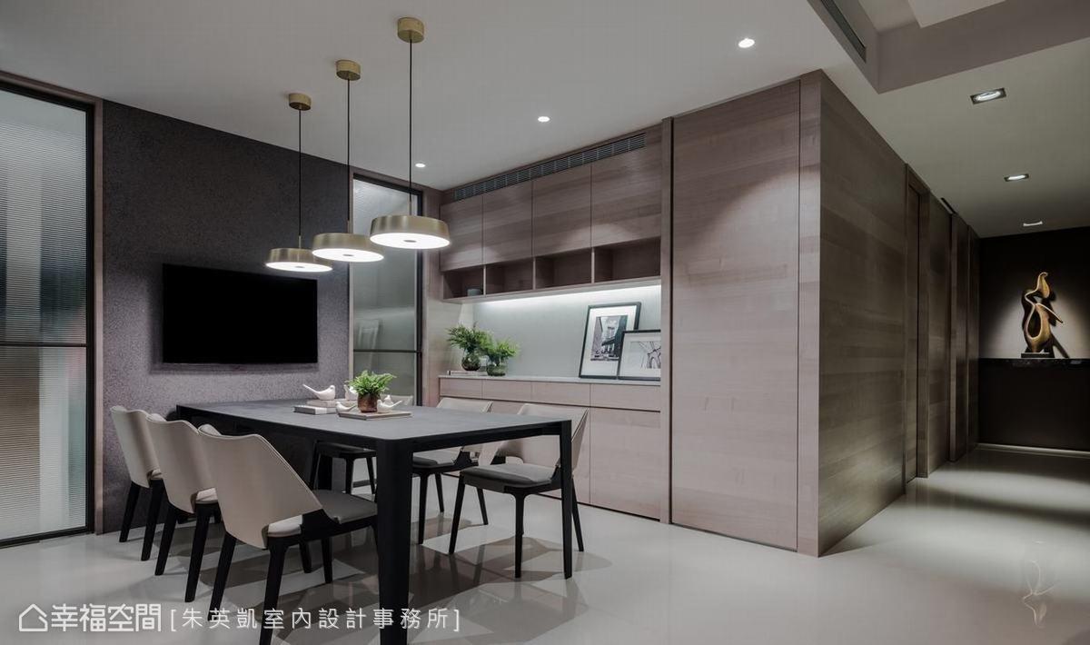 配合屋主的烹調習慣,將原來的開放式餐廚以玻璃拉門與隔間牆一分為二,避免廚房油煙漫延在空間中。