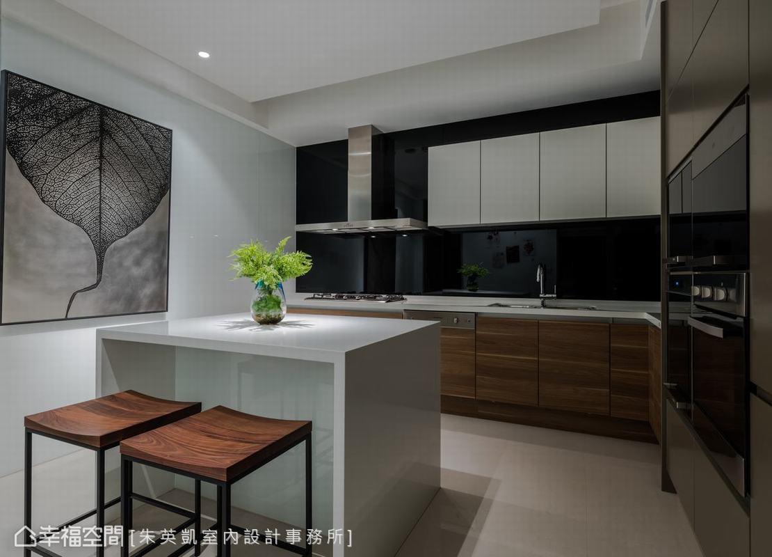 寬敞的廚房中特別設計中島吧檯,不僅可以成為家中成員暫歇的所在,同時兼顧收納、備料餐檯等多重功能。