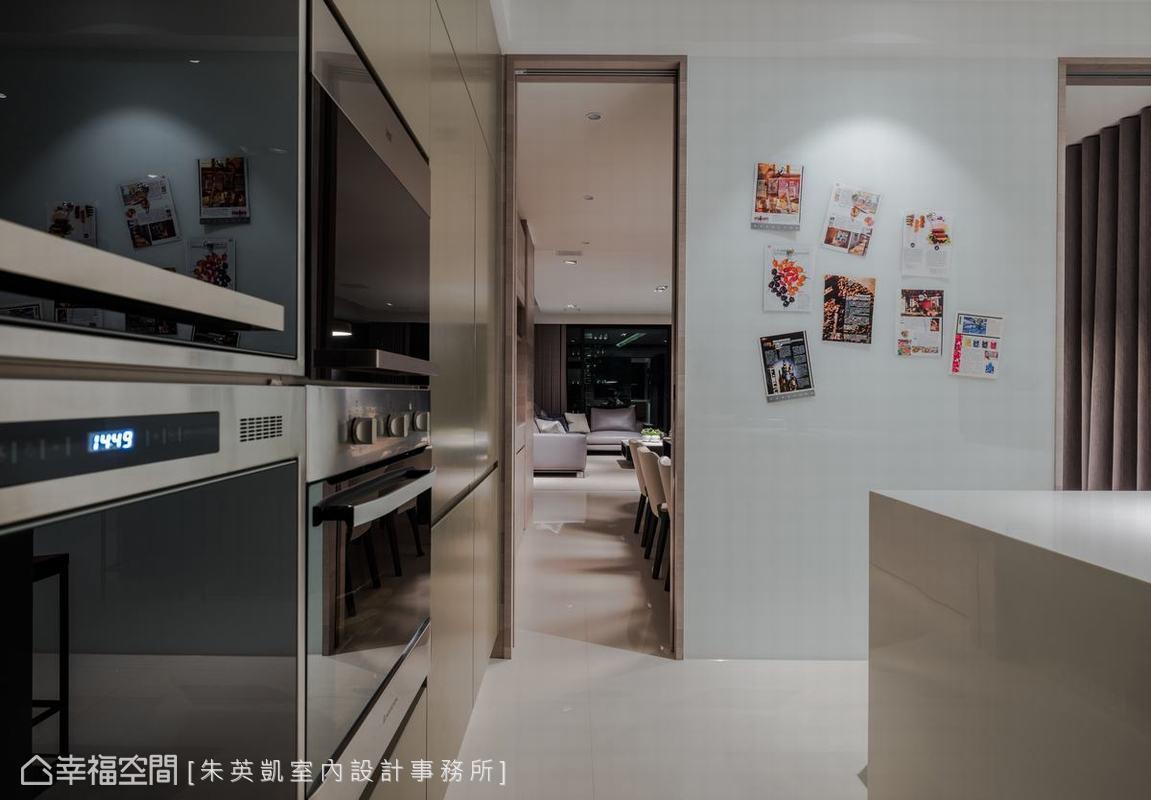 將隔間牆面向廚房一側以特殊材質打造,方便屋主把單據、備註等小紙條透過磁鐵貼在上方,是相當貼心的設計。