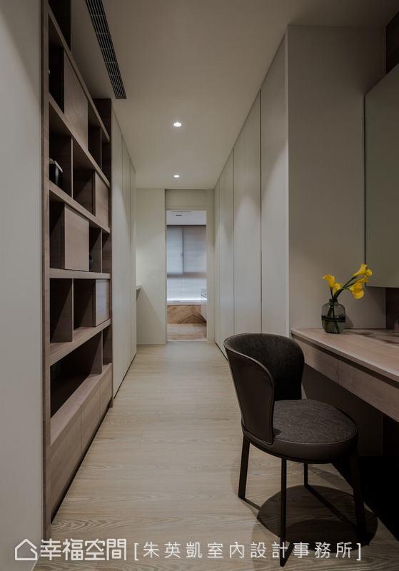 狹長的更衣室空間,依功能分為前端的女主人書房,及後端與衛浴相連的更衣收納兩大部份,將空間妥善運用。