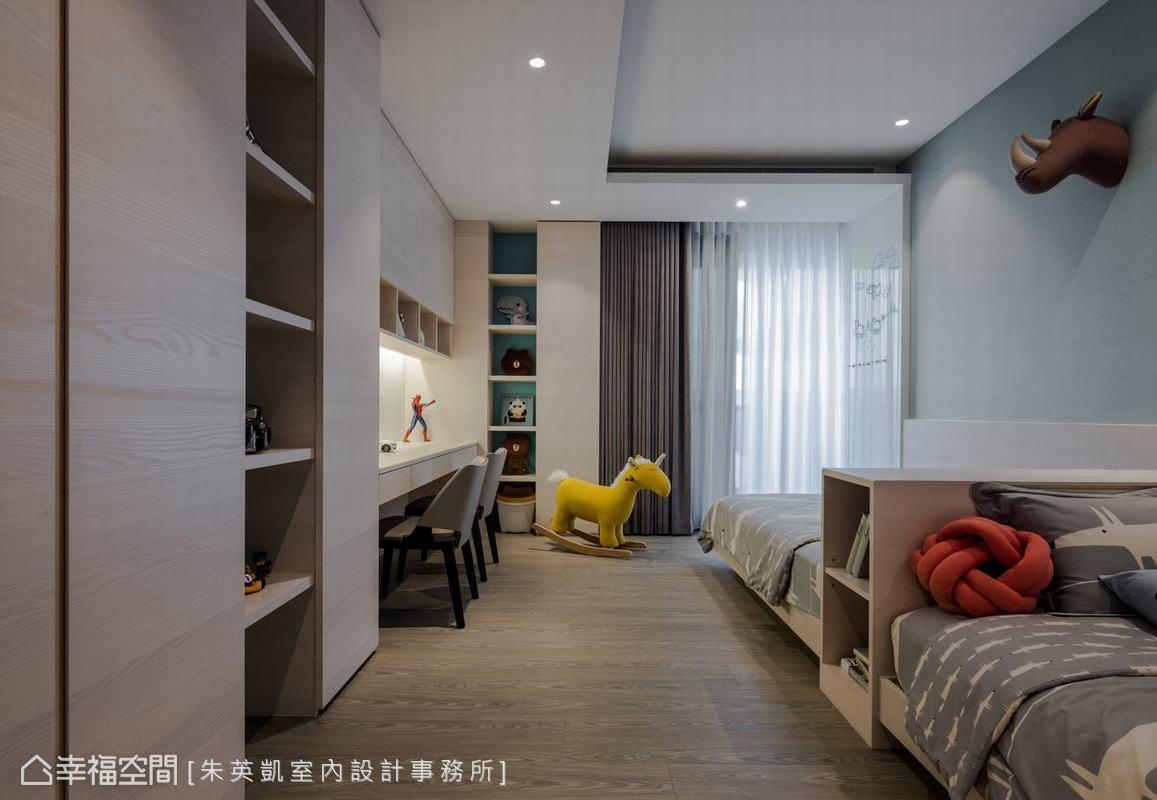 兩個孩子共用的兒童房,以頭對頭的床舖設計,打造出兄弟間的親暱感,在完善規劃下,滿足機能需求同時保留空間舒適感。