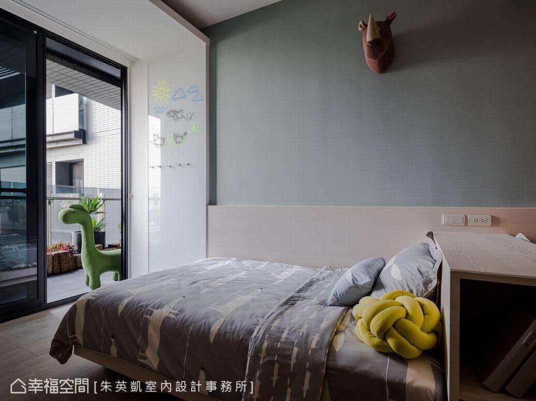 兒童房部份牆面以特殊材質打造,讓孩子可以自由在上面揮灑創意,將天馬行空變成最美的空間佈置。