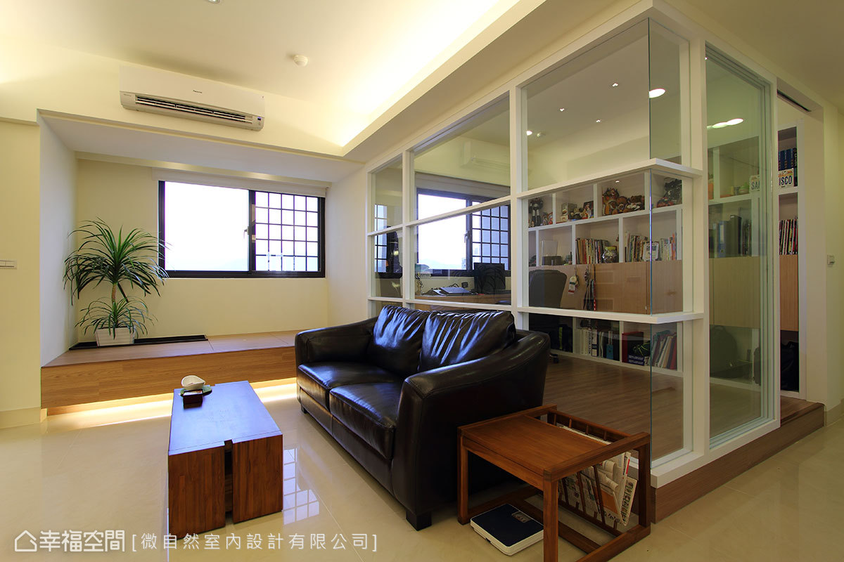 原本封閉的客臥隔間,設計師徐以倫拆除實牆界線、換以玻璃隔間,敞朗整合大公領域的空間視野。
