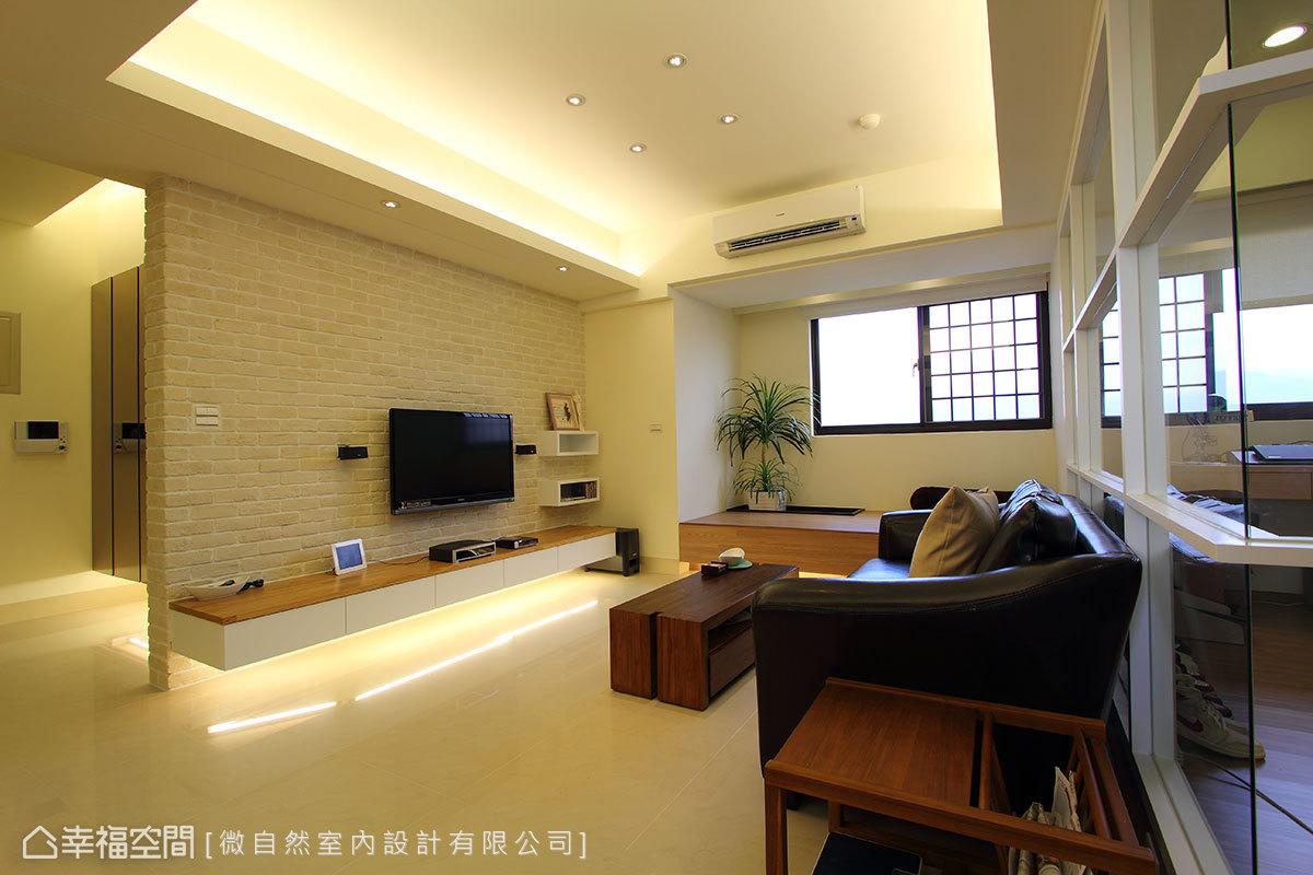 巧納入室的陽臺空間,以40公分的架高加上內凹造景,模糊了室內外的綠意界線。