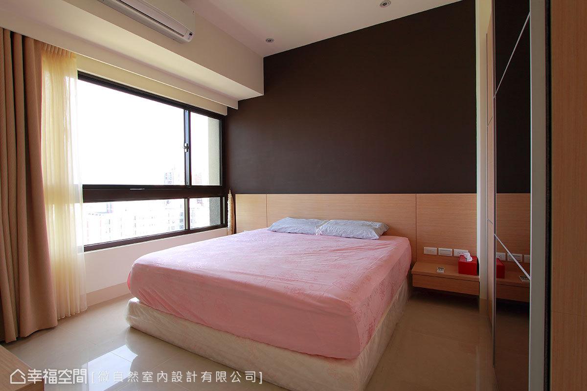 木作床頭設計結合入桌几功能,流暢串聯機能與美學的深度表現。