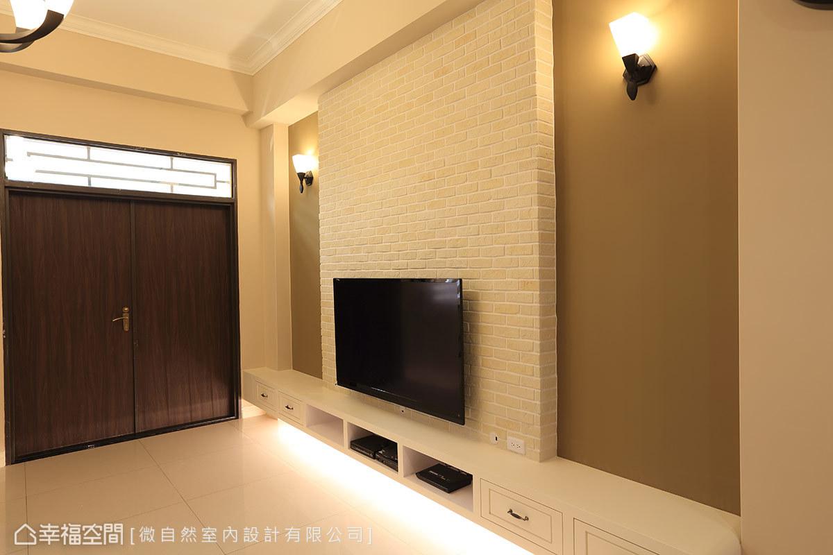 白色及深淺棕色,結合主牆線條的簡化,烘托出空間的挑高感與視覺層次,亦展現了舒適、大器的氛圍。