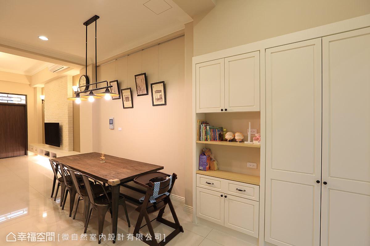 透過顏色的對比與銜接,讓整個一樓空間更明亮、挑高。傢俱部份選擇質樸又能點出屋主特質的桌椅、造型燈具,傳達出屋主對於風格和生活細節的講究。