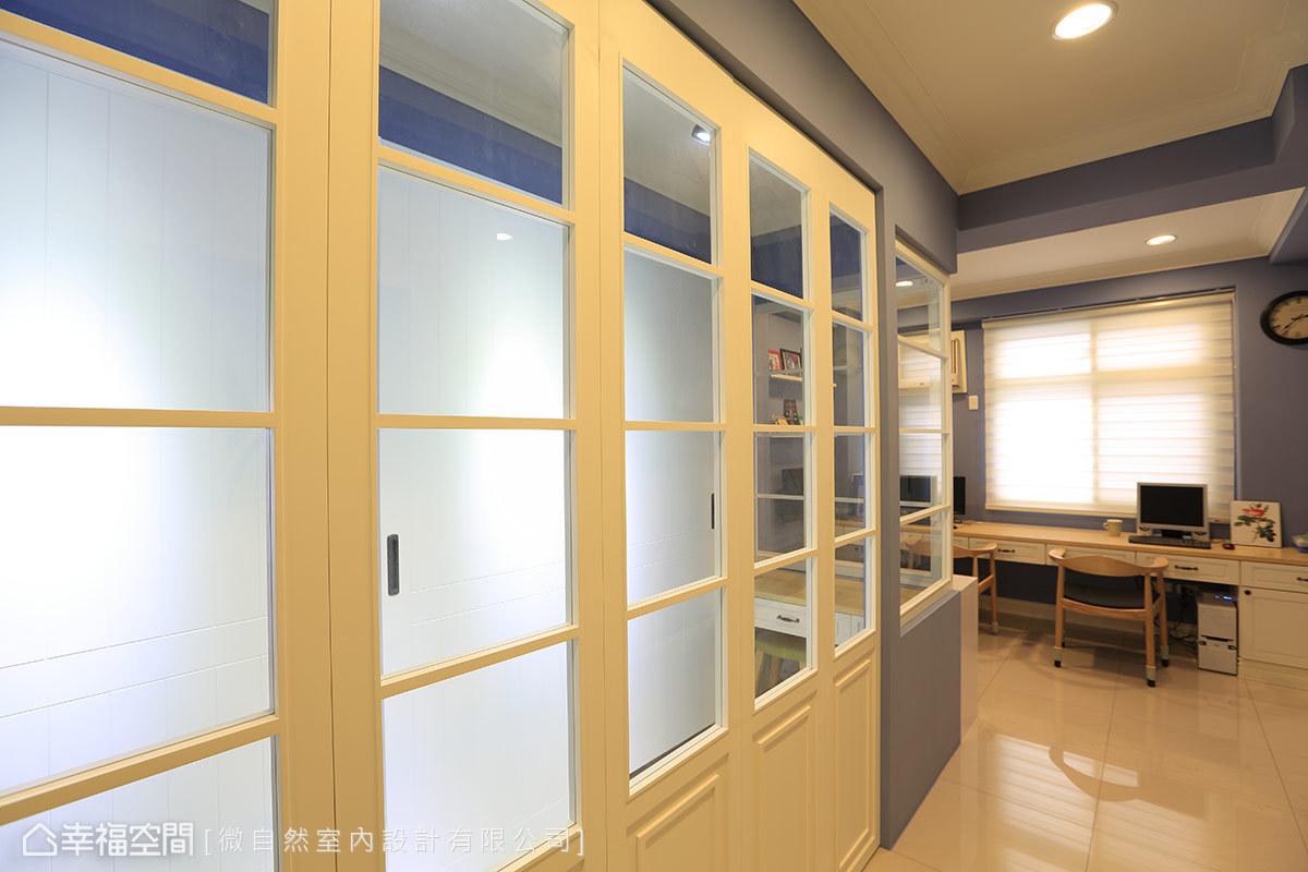 更衣室摺疊門使用與一樓廚房相同的比例和樣式,透過玻璃為採光較差的區段引入光線。