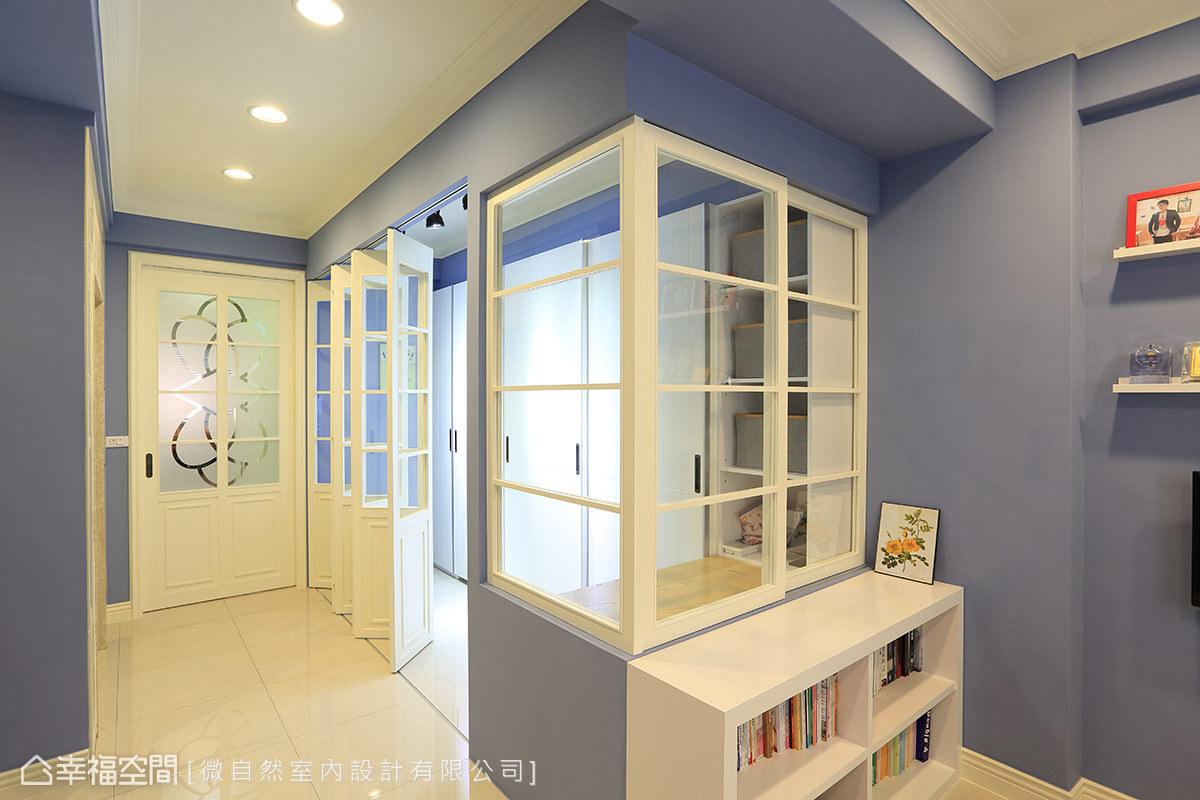 用美式經典的玻璃格子窗語彙,連接了書房與更衣室的關係,同時也經由玻璃串連光線,減少狹長住宅中段暗房的產生。
