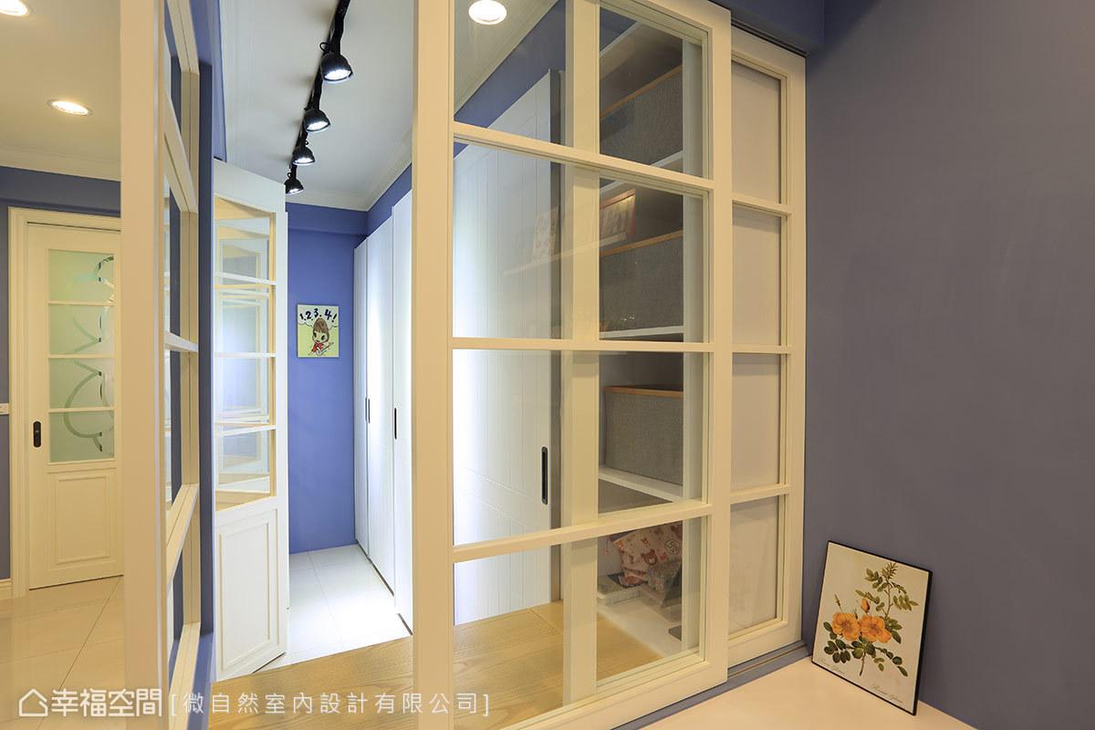 讓書房的藍色延伸入更衣室,搭配白色系的櫥櫃、天花板,對比下更為明亮、舒適。