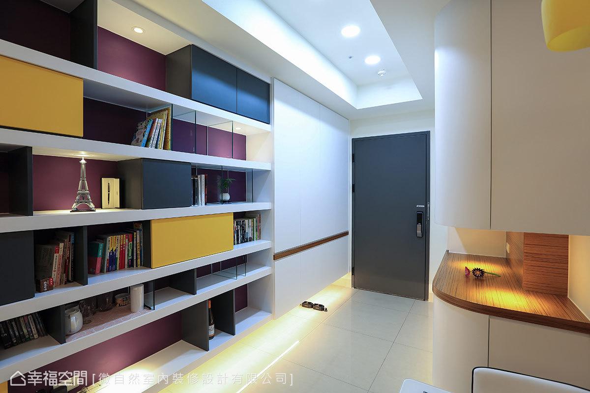 簡潔俐落的白色櫃體,採懸浮式設計搭配櫃下照明,以低歛姿態烘托一旁的展示櫃體。