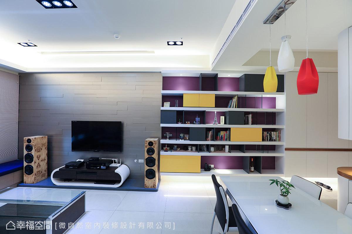 大面牆體藉由鞋櫃、展示櫃與電視牆三等分設計,創造立面的豐富表情。