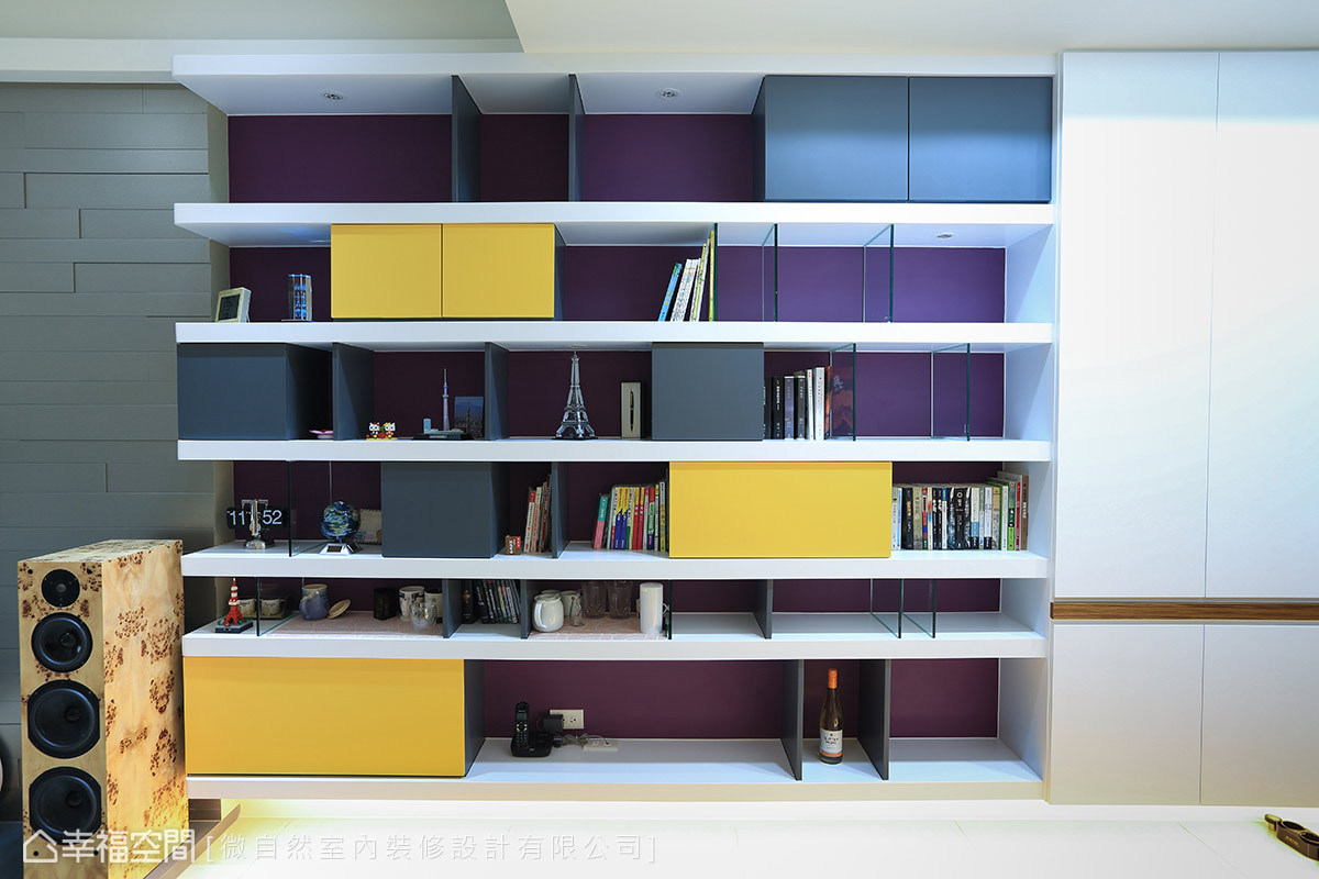 白色展示櫃結合色度飽和的紫、黃與黑色綴點,不僅增添場域活力,更是不可忽視的視覺焦點。