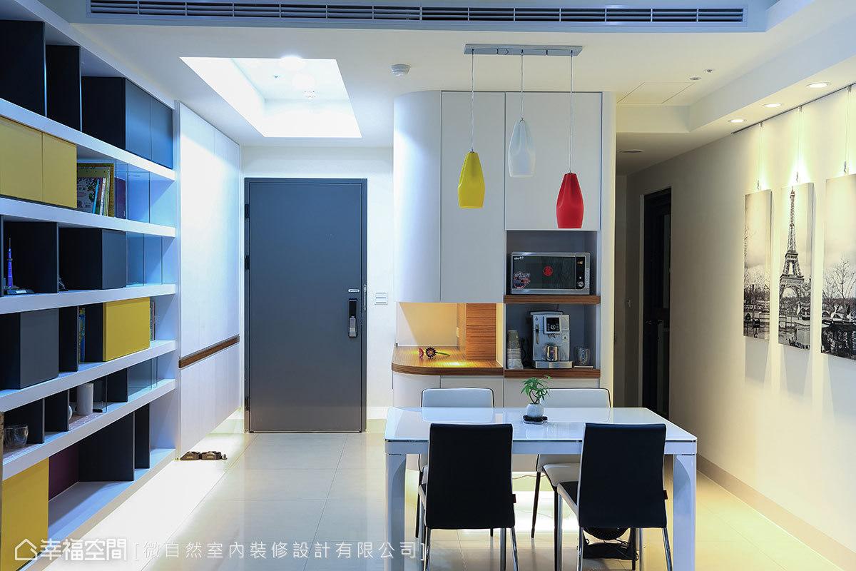 紅、黃、白三色造型燈具呼應展示櫃體配色,也為黑白搭配的餐廳帶來繽紛亮感的色彩活力。