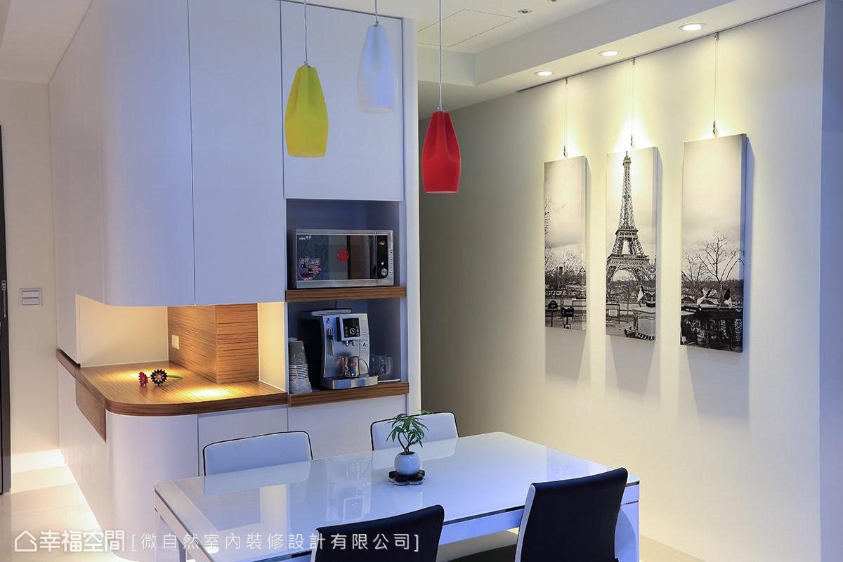 徐以倫設計師接續玄關櫃體,導弧轉折後作為備餐櫃與電器櫃設計,比例得宜的面寬,正巧隱藏後方廚房爐灶與冰箱視線。