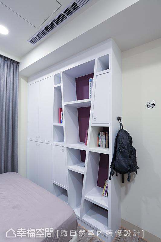 斜切造型與紫色底漆的安排,讓櫃體線條豐富場域設計。