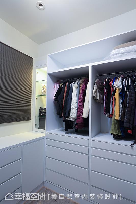 獨立規劃在外的更衣室須滿足全家人收納衣物的需求,微自然設計納入精品展示櫃概念,是儲物間也是精品陳列室。