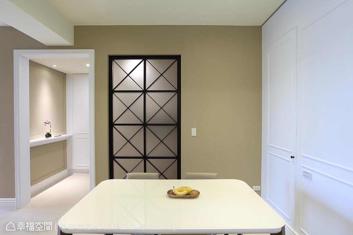 玄關的左側壁面打造一面格子窗造型,內嵌磨砂茶玻璃的朦朧視覺,解除空間的封閉感受。