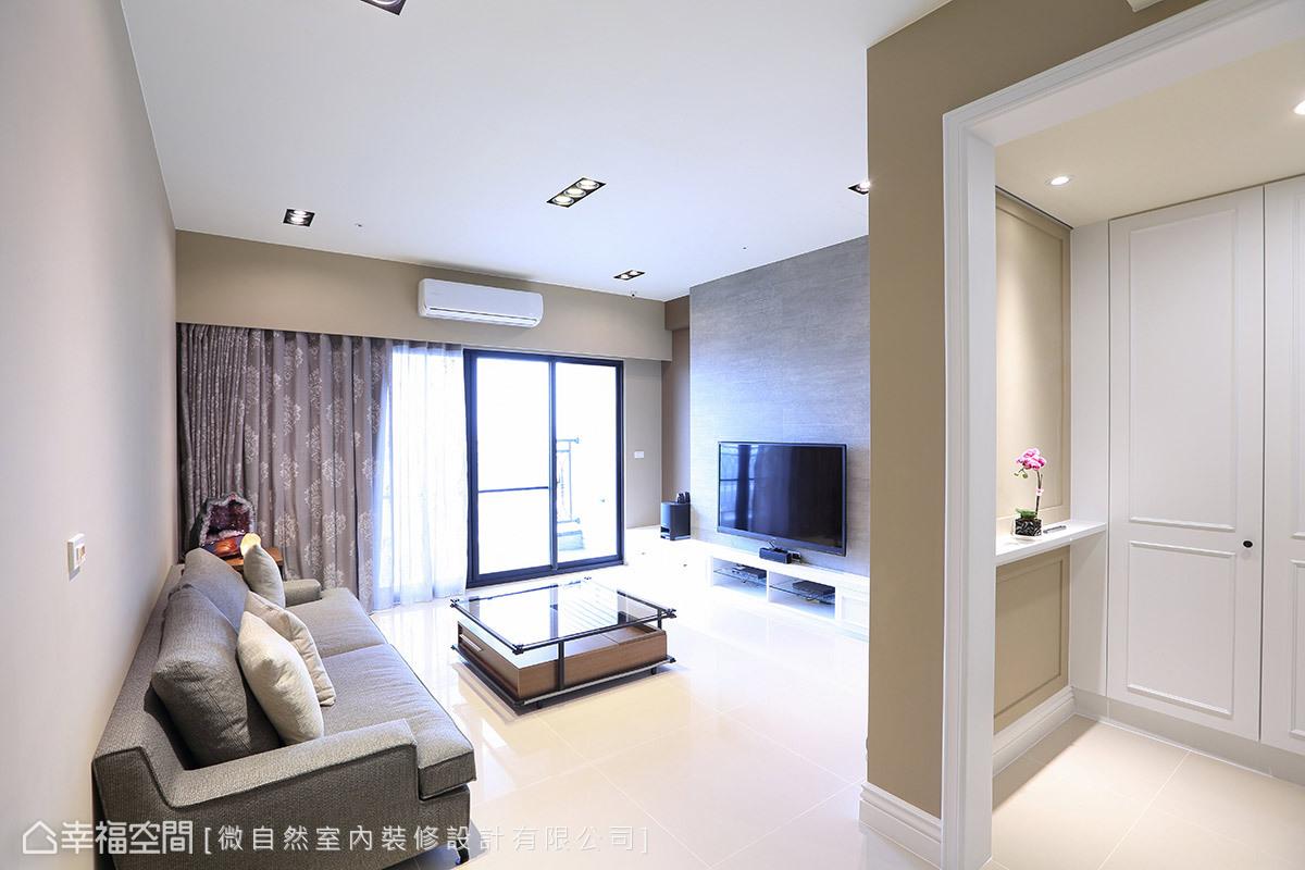戶外的自然光從落地窗引入室內,照亮公領域的色彩與材質細節,呈現舒適與開闊的氣度。