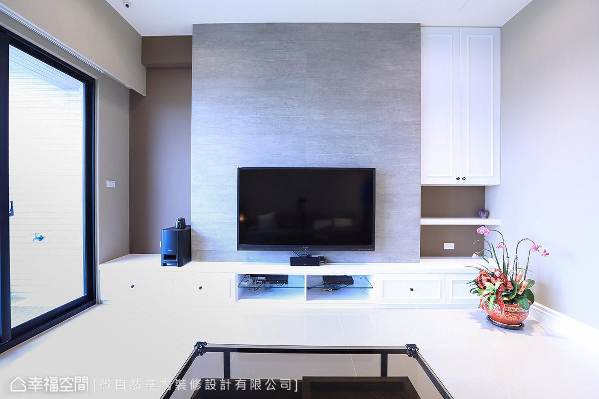 牆面以清水模磁磚的安排,替鄉村風的色彩挹注樸實風尚,左右兩側的空間安排,更打破古典對稱之意。