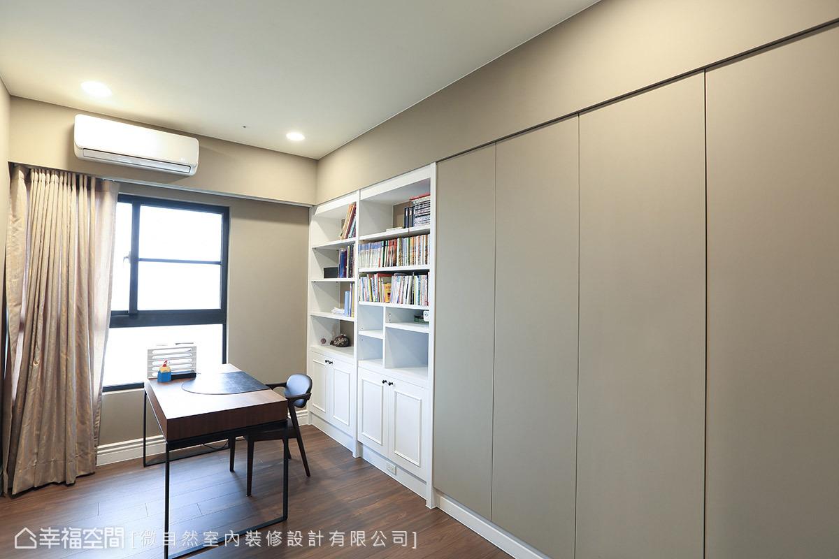 利用大樑結構下的畸零空間,擺設一整排包含書櫃與儲物櫃的收納機能。