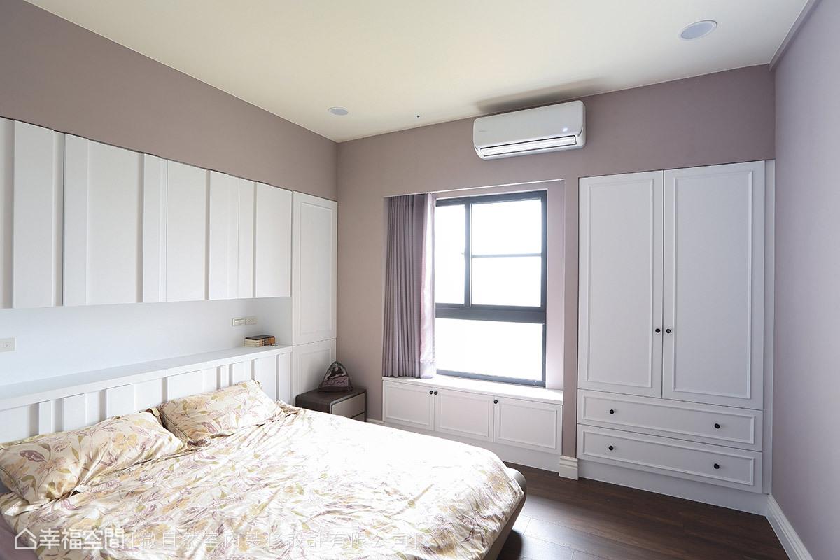 以灰藕色系為主,順著樑柱結構將收納櫃體納入設計,窗邊還設有小臥榻區,增添愜意氛圍。