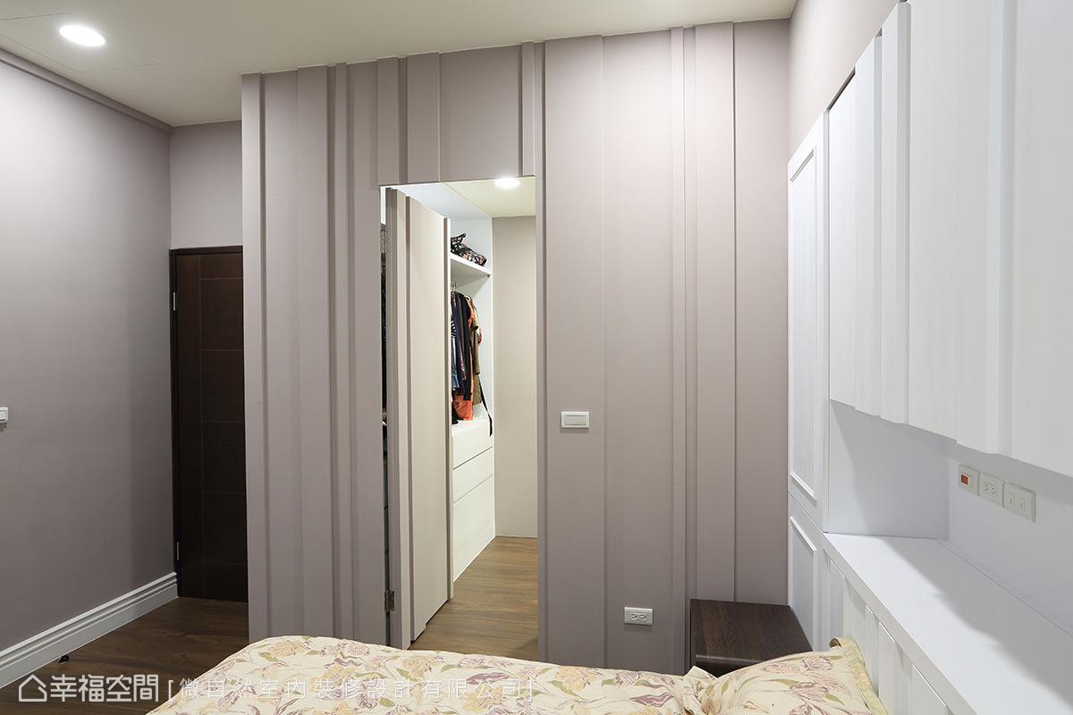 特別於壁面設計一道通往更衣室的隱藏門,除了滿足使用機能,更維持和諧的視覺美感。