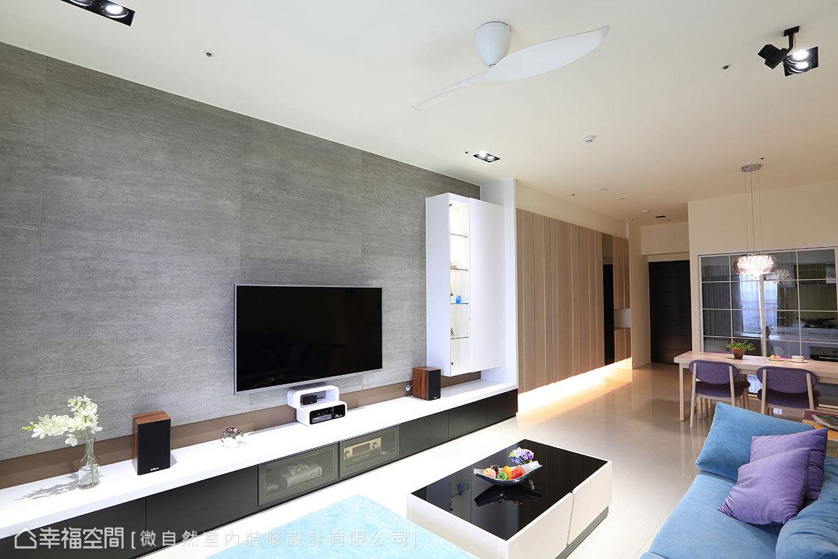鋪貼仿清水模磁磚注入自然氛圍,結合白色烤漆折板展示櫃,延展出橫向開展的牆面。